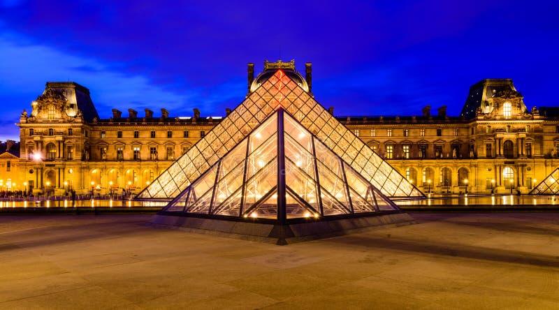 Piramide di vetro del museo del Louvre immagini stock libere da diritti