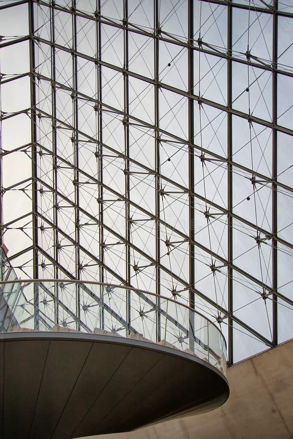 Piramide di vetro e della scala a chiocciola al Louvre fotografie stock