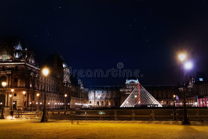Piramide di vetro illuminata del museo del Louvre immagine stock