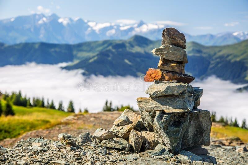 Piramide door stenen en Oostenrijkse alpen in backtound wordt gemaakt die Foto op Asitz moutain in Leogang Salzburg wordt genomen royalty-vrije stock afbeelding