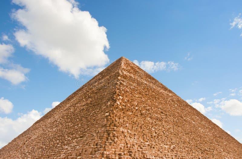 Piramide e cielo immagini stock