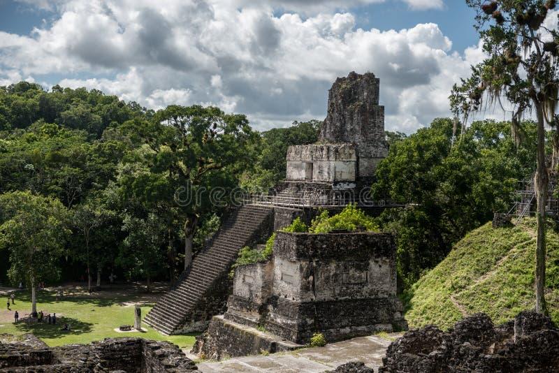 Piramide ed il tempio nel parco di Tikal Oggetto facente un giro turistico nel Guatemala con le tempie maya e le rovine di Ceremo immagine stock libera da diritti