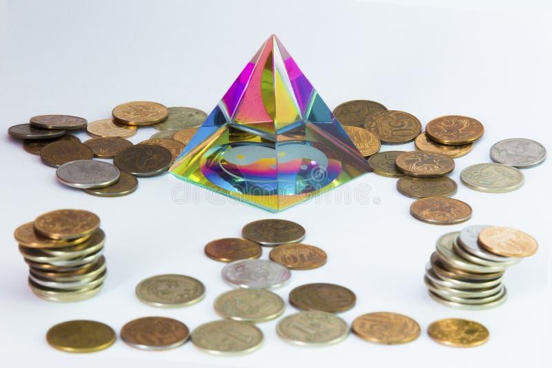 Piramide en heel wat muntstukken stock fotografie