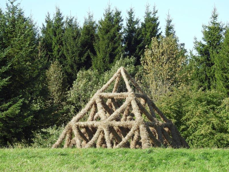 Piramide fatta da paglia, Lituania fotografia stock libera da diritti