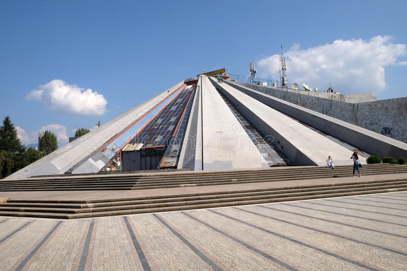 Piramide nel centro di Tirana, precedentemente Enver Hoxha Museum fotografia stock libera da diritti