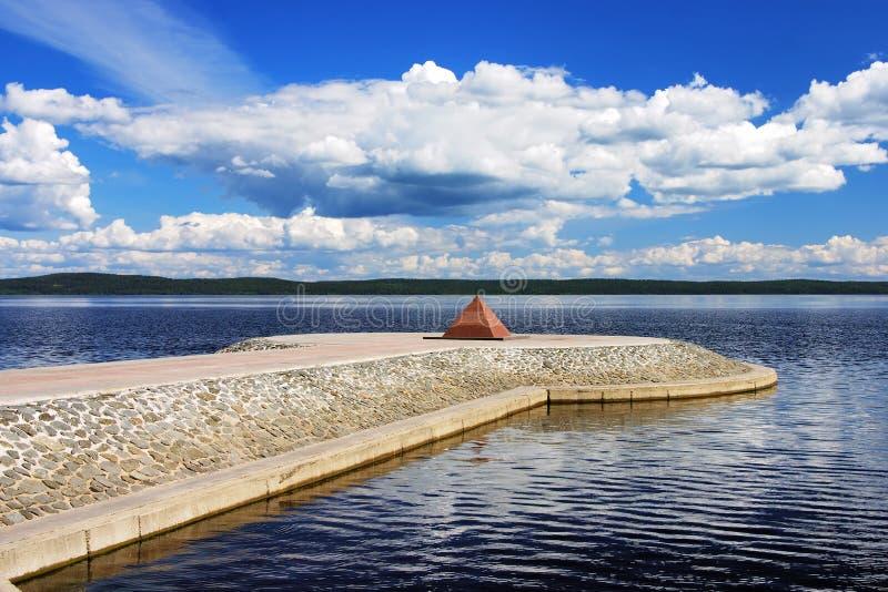 Piramide op dijk van Meer Onega, Petrozavodsk royalty-vrije stock foto