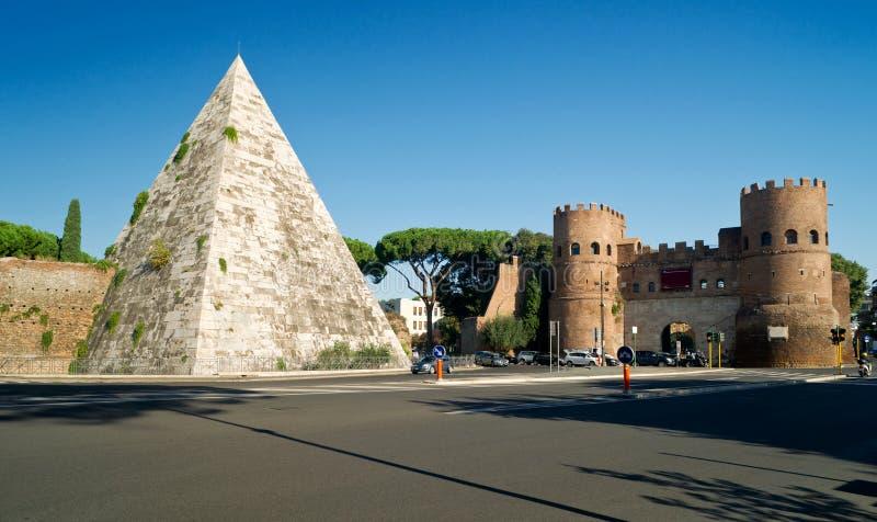 Piramide van Cestius en Porta San Paolo, Rome stock foto's