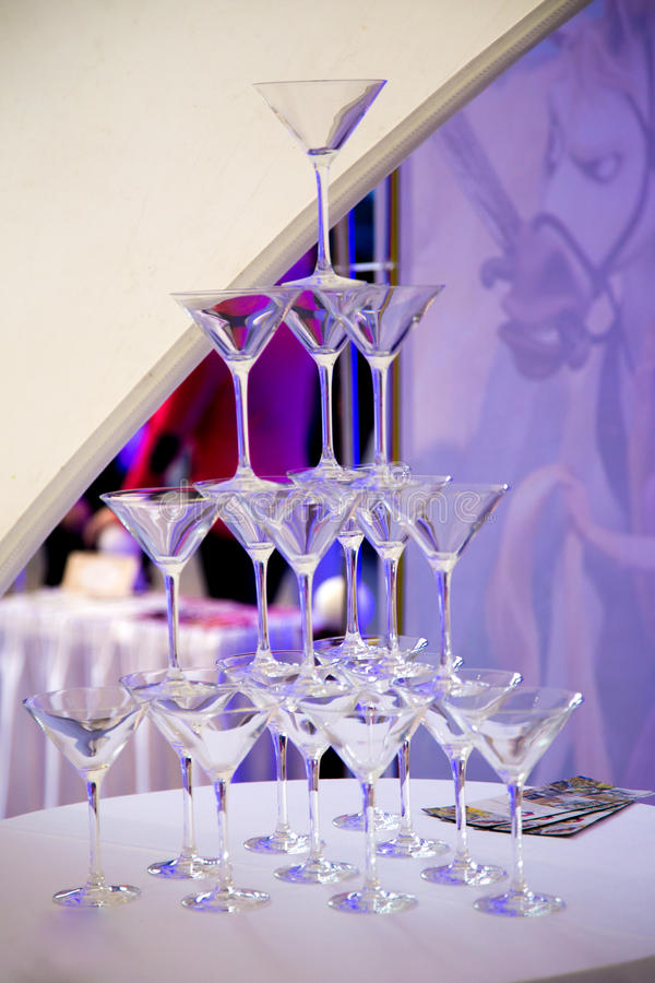 Piramide van champagneglazen stock foto