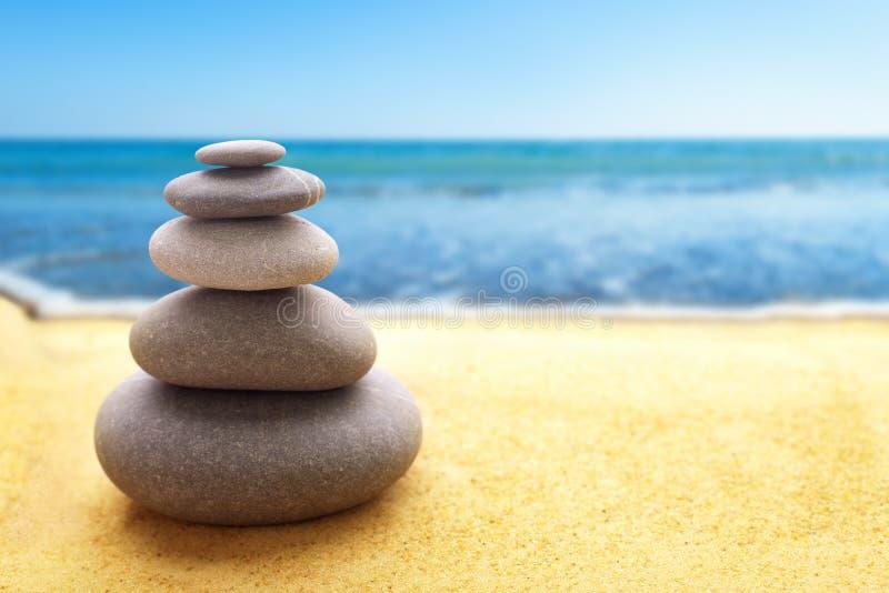 Piramide van de stenen op strand royalty-vrije stock fotografie