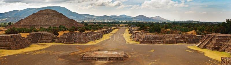 Piramide van de Zon en de weg van dood in Teotihuacan royalty-vrije stock afbeelding