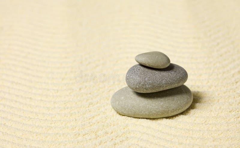 Piramide van drie stenen op zand royalty-vrije stock afbeeldingen