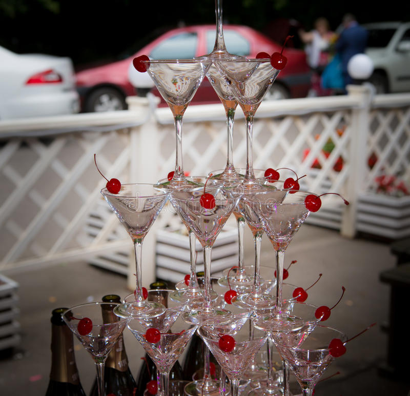 Piramide van glazen bij een huwelijksceremonie stock foto's