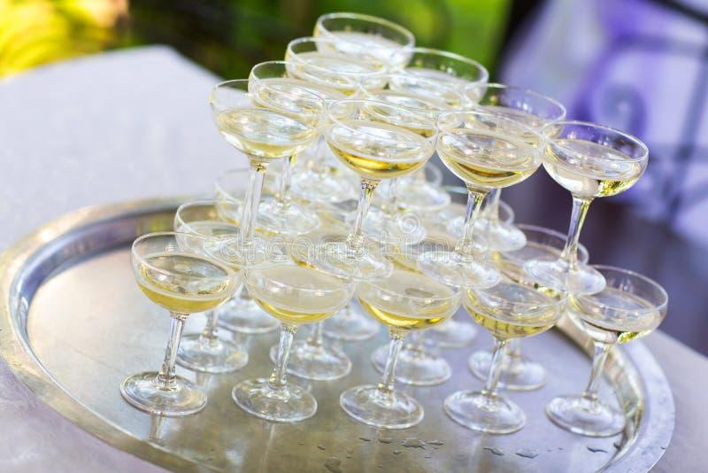 Piramide van glazen champagne Heuvel stock foto
