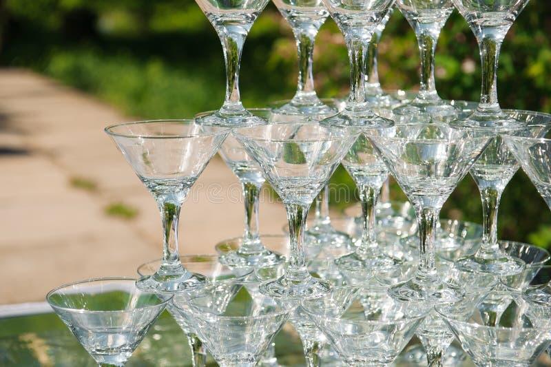 Piramide van glazen champagne Lege glasheuvel royalty-vrije stock foto's