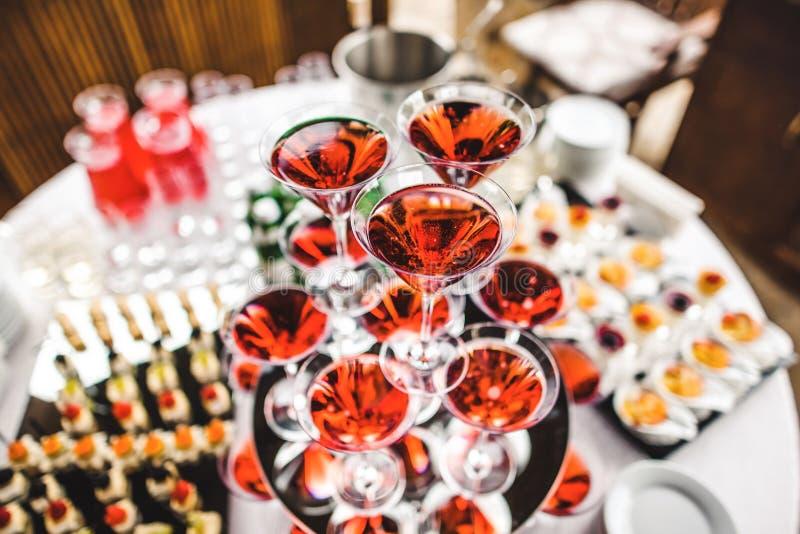 Piramide van glazen met wijn stock foto's