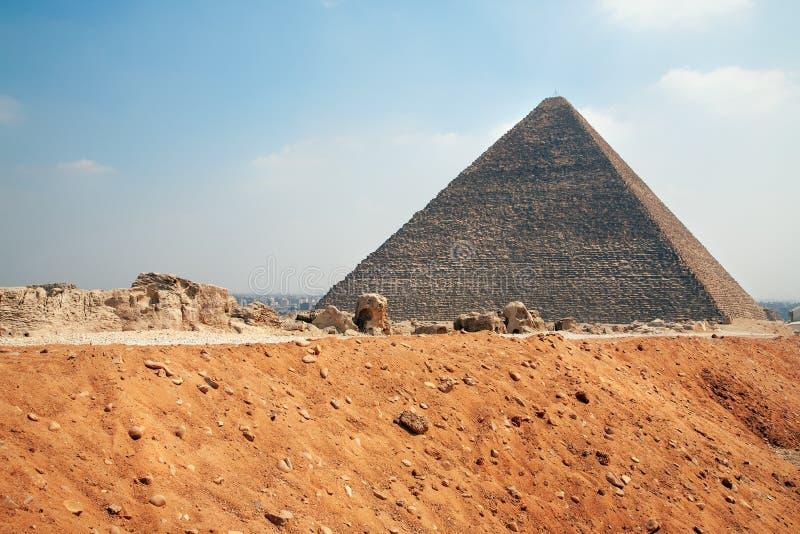 Piramide van Gyza-weg met zanddijk royalty-vrije stock foto's
