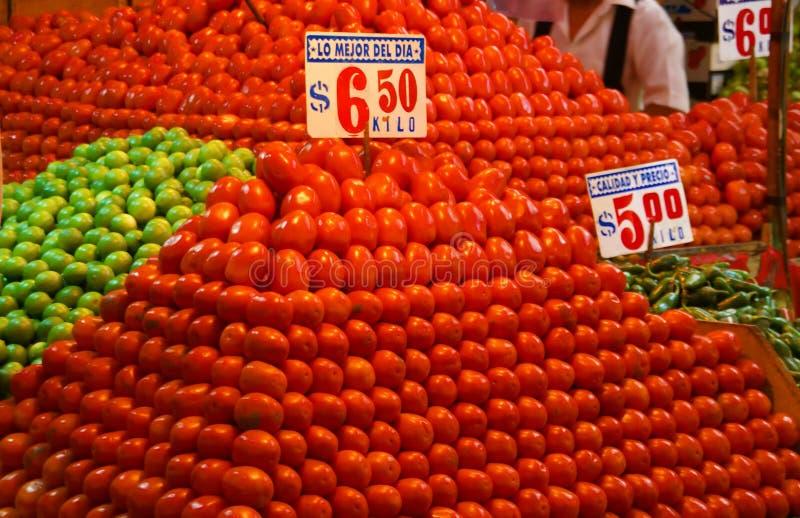 Piramide van heldere rode tomaten stock foto's