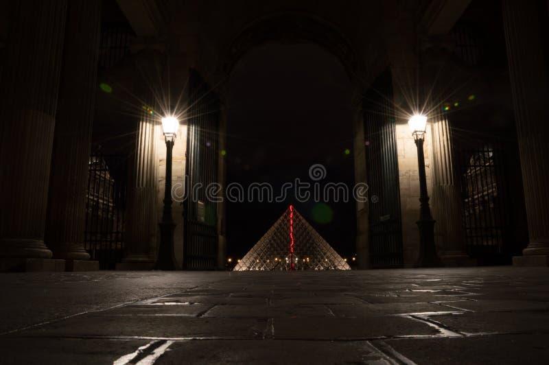 Piramide van het Louvre stock afbeelding