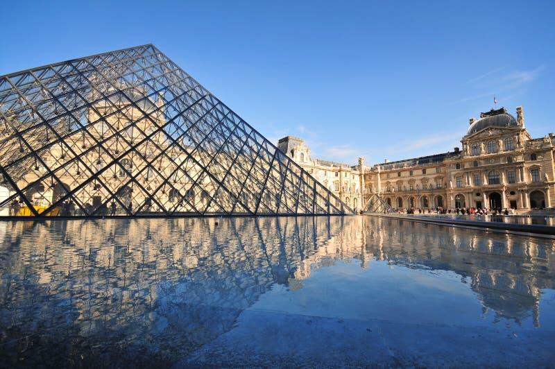 Piramide van het Museum van het Louvre in Parijs Frankrijk royalty-vrije stock foto's