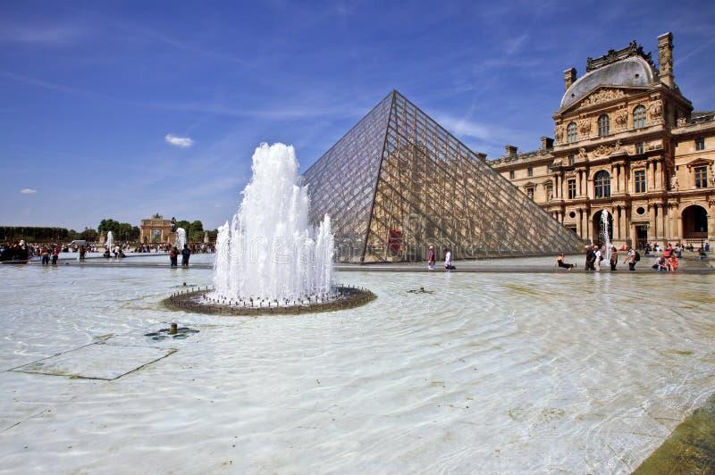 Piramide van het Museum van het Louvre in Parijs Frankrijk royalty-vrije stock foto