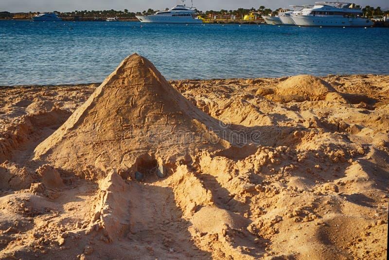 piramide van het zand royalty-vrije stock afbeeldingen