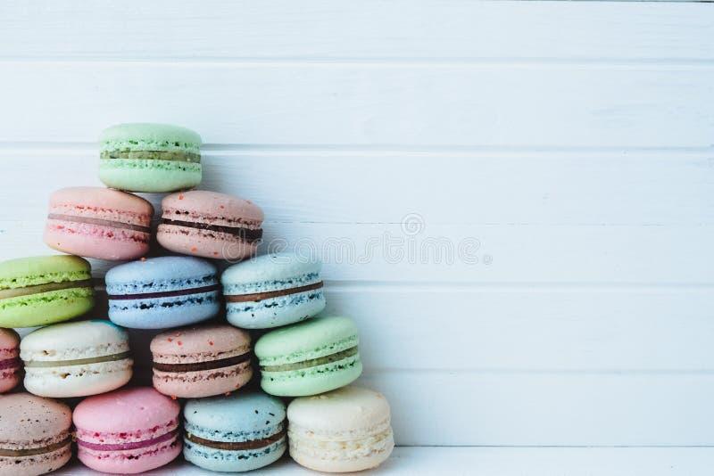 Piramide van multicolored makarons of macarons op een witte houten achtergrond, exemplaarruimte royalty-vrije stock foto