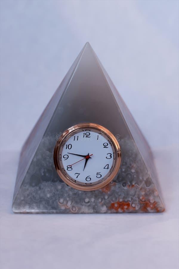 Piramide van onyx met een klok stock fotografie