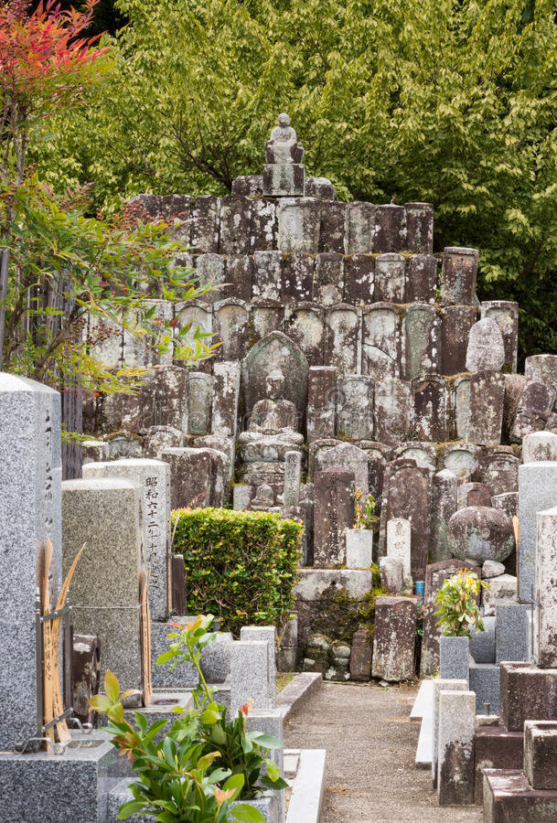 Piramide van oudere grafstenen bij Japanse begraafplaats royalty-vrije stock afbeelding
