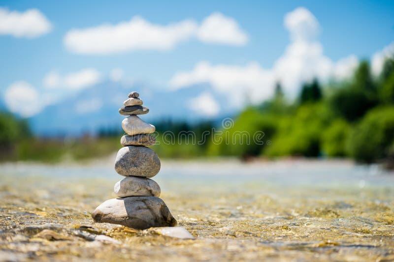 Piramide van stenen die zich in het water bevinden stock afbeelding