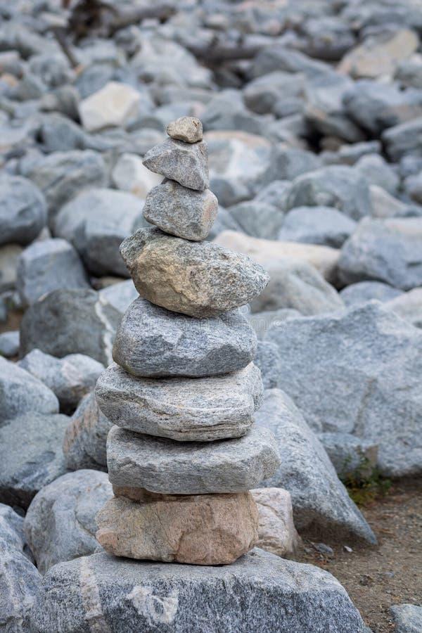 Piramide van stenen na de modderstroom stock afbeeldingen