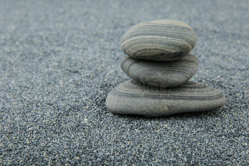 piramide van stenen op grijze zandachtergrond met beschikbare ruimte royalty-vrije stock foto's