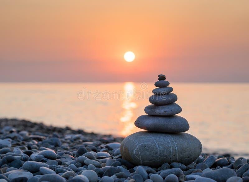 Piramide van stenen op overzeese kust stock foto