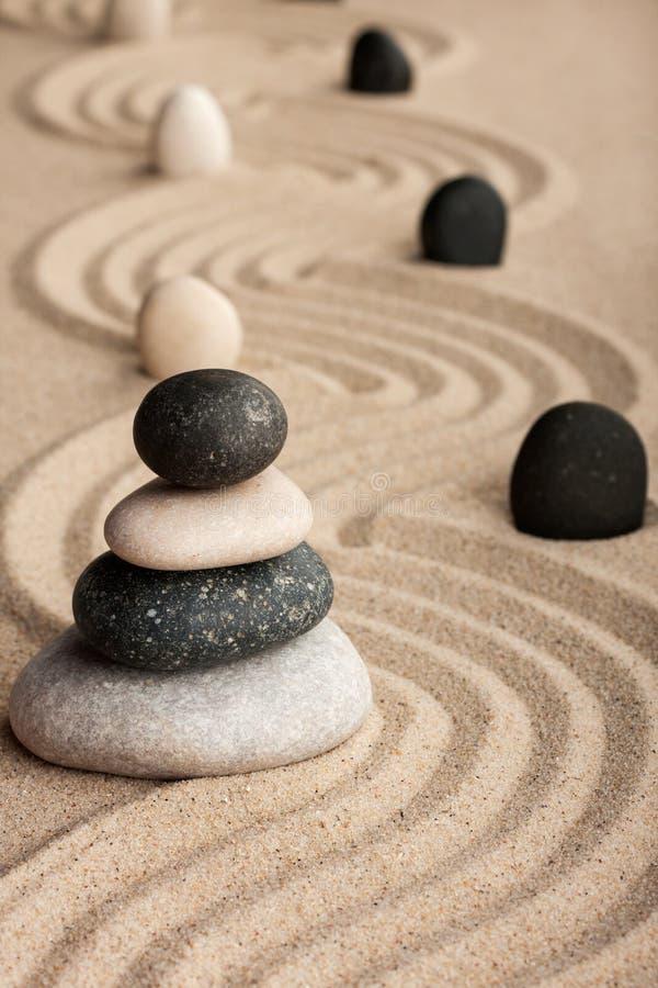 Piramide van stenen wordt gemaakt die zich op het zand bevinden dat royalty-vrije stock foto's