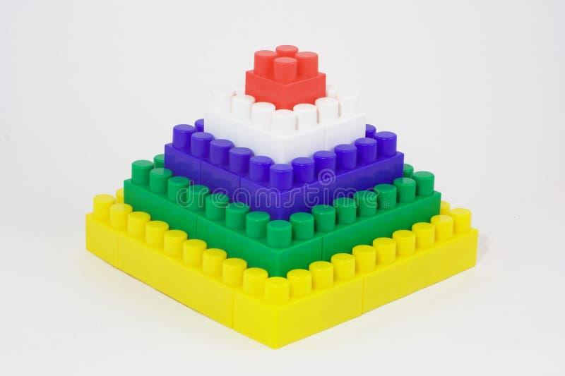 Piramide van stuk speelgoed bakstenen stock foto's