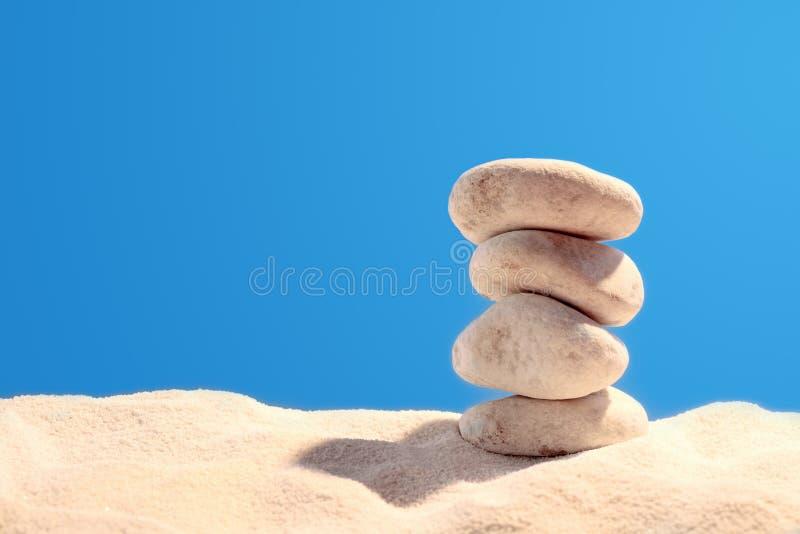 Piramide van vier stenen stock foto