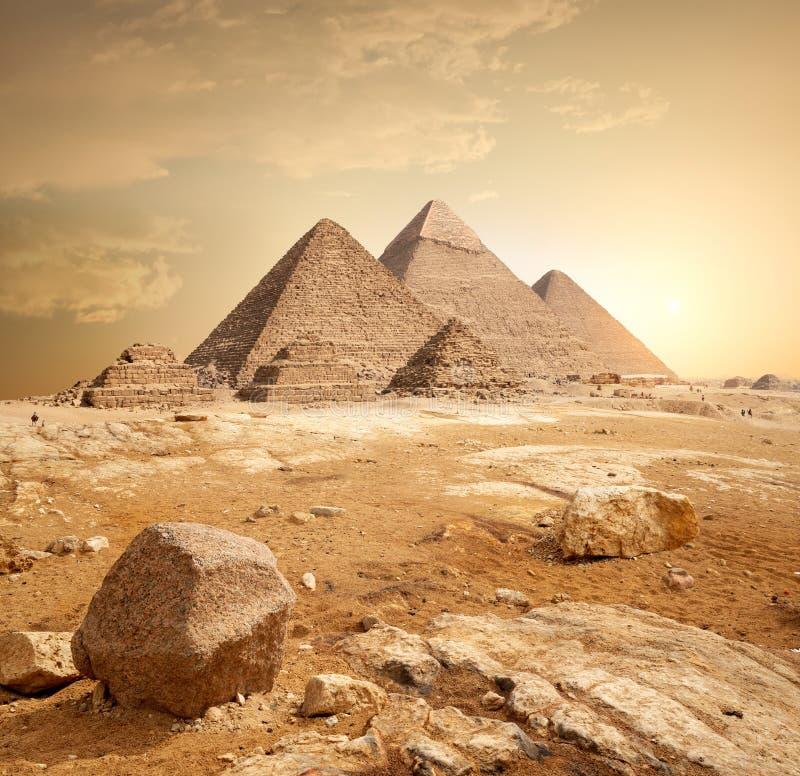 Piramide in zand royalty-vrije stock afbeelding