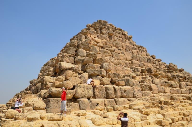 Piramide in zandstof onder grijze wolken royalty-vrije stock afbeelding