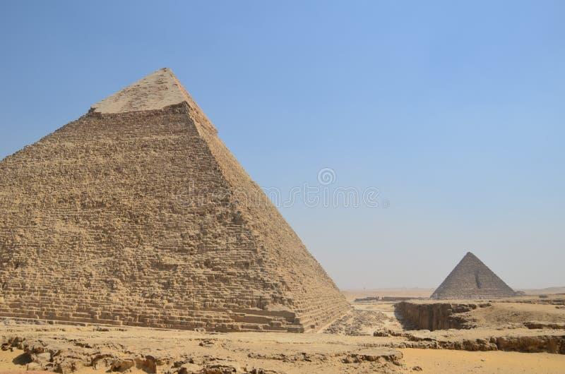 Piramide in zandstof onder grijze wolken royalty-vrije stock foto