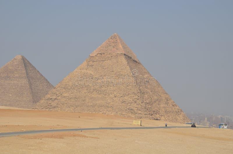 Piramide in zandstof onder grijze wolken royalty-vrije stock foto's