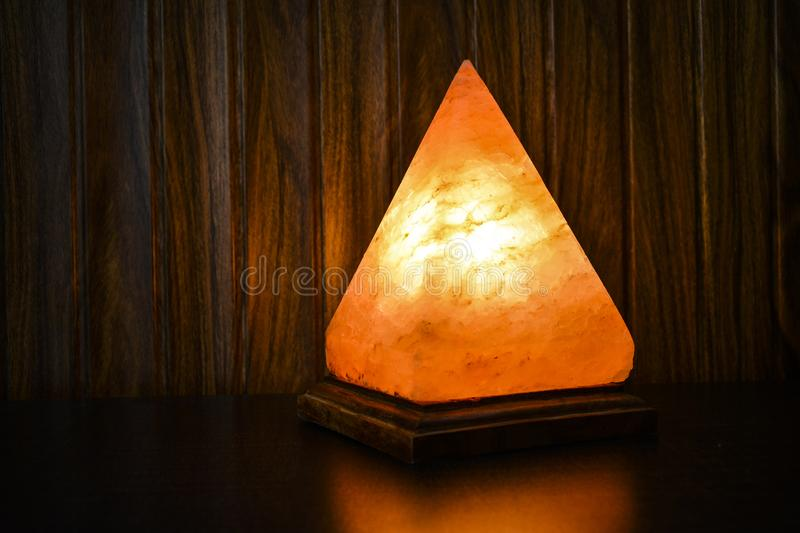Piramide Zoute Lamp | Himalayanzout royalty-vrije stock afbeelding