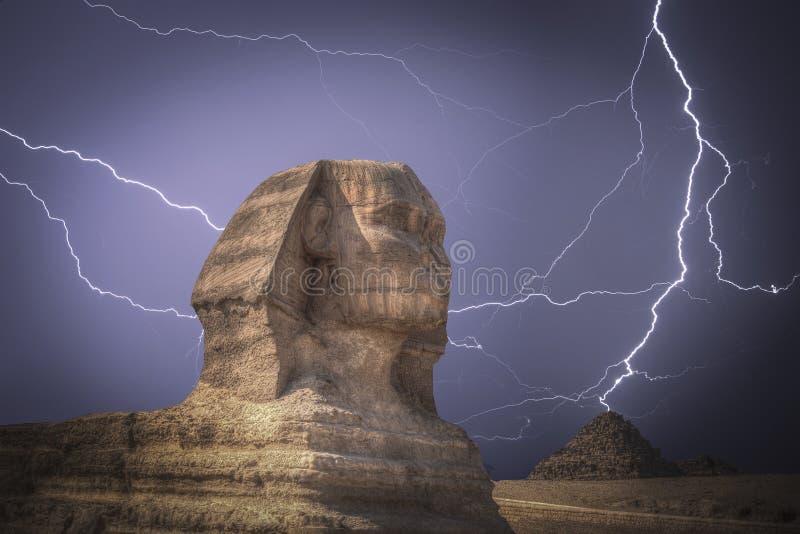 Piramides in Giza Krachtige bliksemstaking stock afbeeldingen