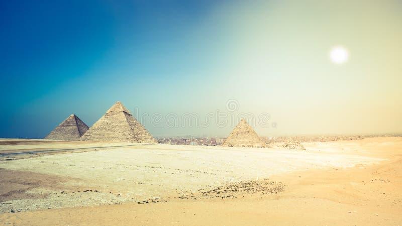 Piramides van Giza op de rand van Kaïro Egypte stock fotografie