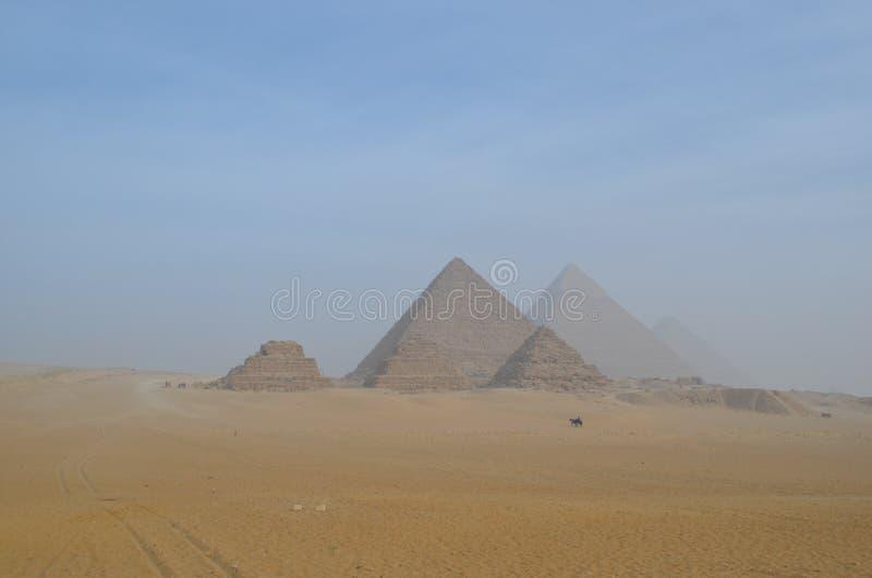 Piramidi di Giza, Egitto, sotto cielo blu immagine stock libera da diritti