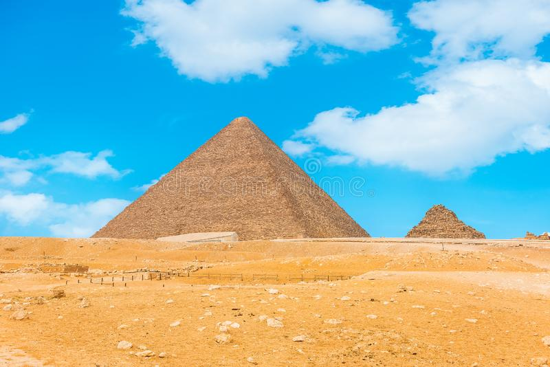 Piramidi e cielo blu fotografia stock