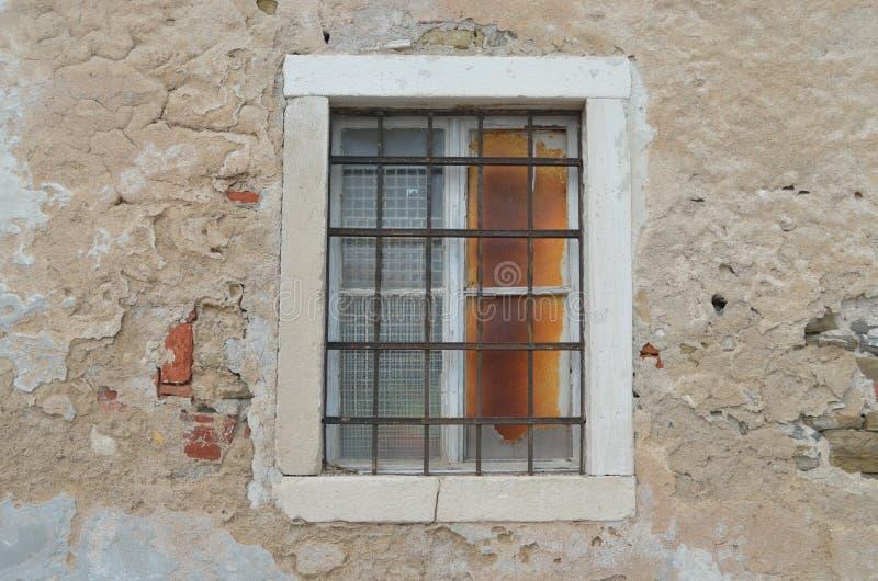 Piran, Eslovênia -- janela velha imagens de stock