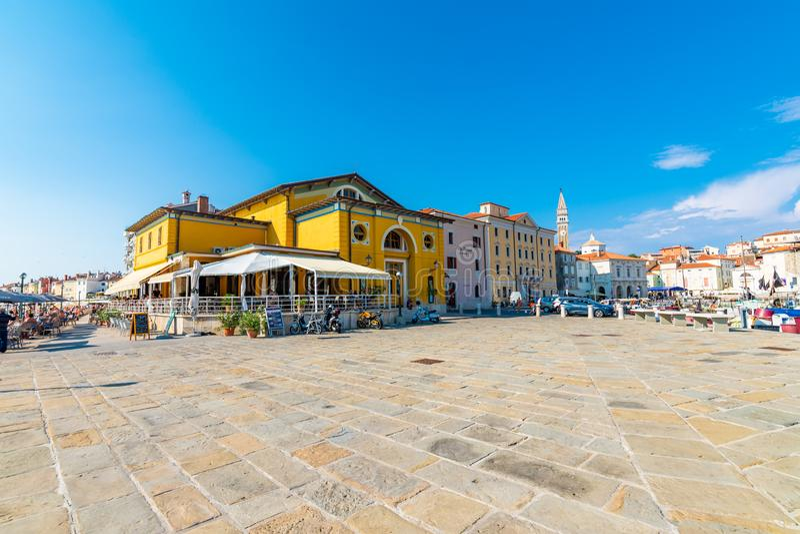 PIRAN, SLOVENIË - 24 7 2018: Weergeven van Piran-haven met boten De toeristen lopen dichtbij de stadskust Piran is oude middeleeu stock afbeeldingen