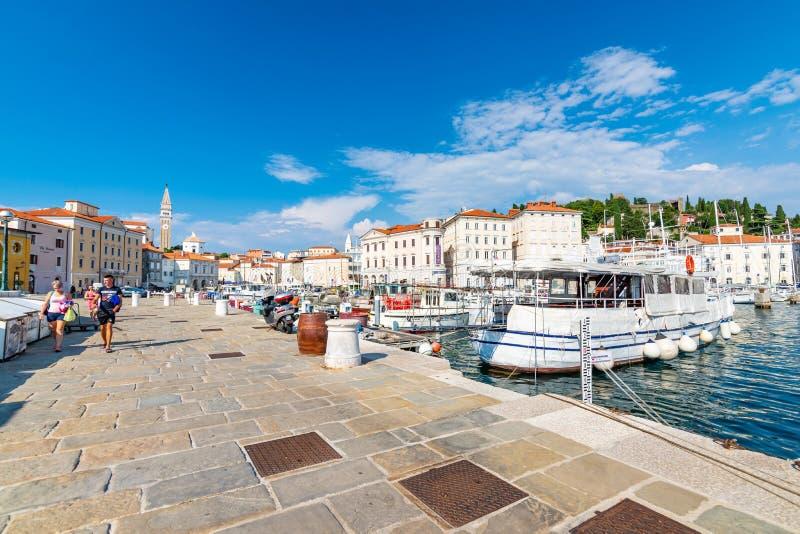 PIRAN, SLOVENIË - 24 7 2018: Weergeven van Piran-haven met boten De toeristen lopen dichtbij de stadskust Piran is oude middeleeu royalty-vrije stock foto's