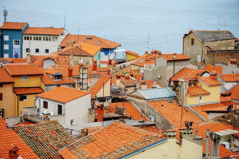 PIRAN, SLOVENIA - 19 2013 LIPIEC: piękny miasto widok z czerwień dachami w Piran, Slovenia fotografia stock