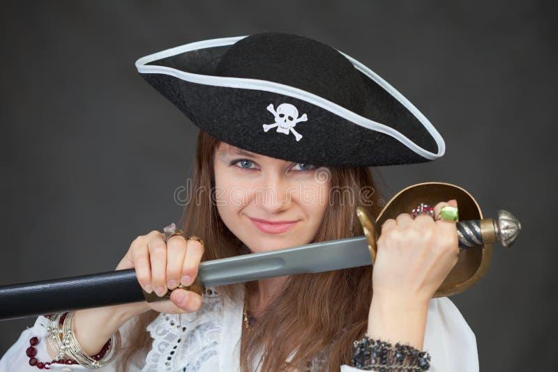 Pirat der jungen Frau erhält einen Säbel von der Hülle stockfotos