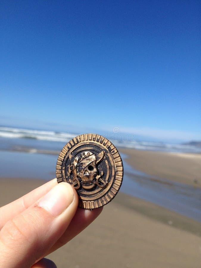Pirat moneta znajdująca na plaży zdjęcia stock